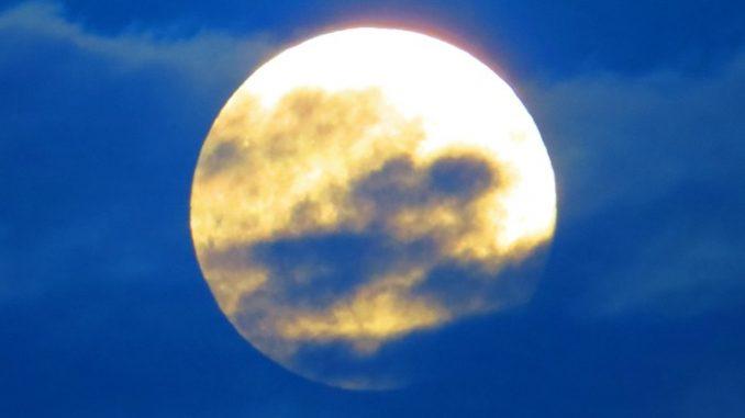 Kuu ja pilvet edessä.
