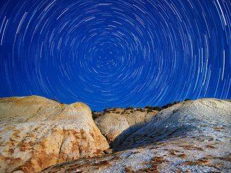 Tähdet kiertävät pohjantähteä.